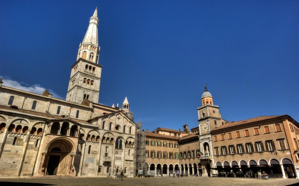 Modena unesco world heritage site where beauty is set in for Modena piazza grande
