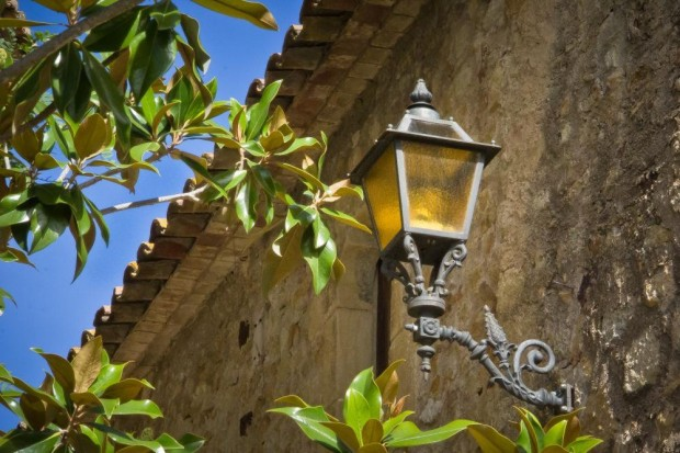 Pals, Charming Street Lamp