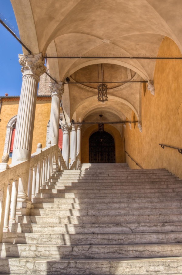 italy-ferrara-ducal-palace-courtyard-2