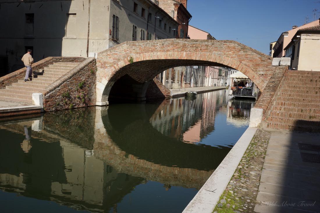 Comacchio, Crossing the Bridge