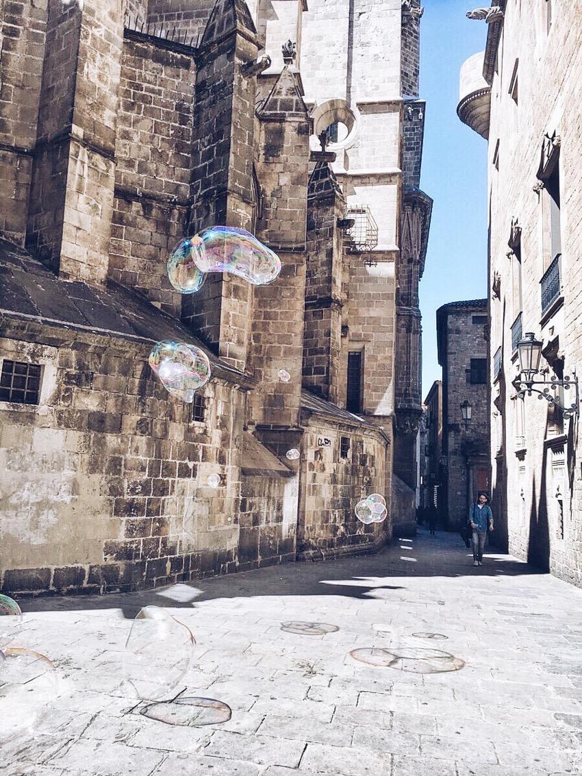 Soap bubbles in Barcelona Gòtic